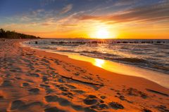 Zadziwiający zmierzch przy morze bałtyckie plażą zdjęcie royalty free