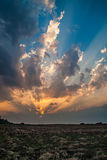 Zadziwiający zmierzch z potężnymi sunbeams Zdjęcie Royalty Free