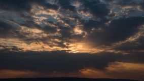 Zadziwiający zmierzch Z Silnymi Sunrays Nad oceanu time lapse zdjęcie wideo