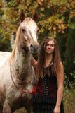 Zadziwiająca dziewczyny pozycja obok appaloosa konia Obrazy Stock