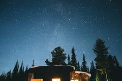 Zadziwiająca noc w górach Zdjęcia Royalty Free