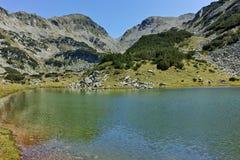 Zadziwiająca panorama z Prevalski jeziorami i Mozgovishka przechodzimy, Pirin góra Fotografia Stock