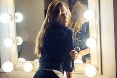 Zadziwiająca przypadkowa dziewczyna blisko lustra w przebieralni w je Zdjęcie Stock