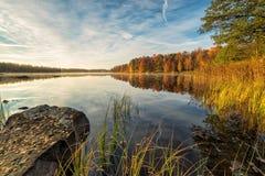 Zadziwiającej jesieni jeziorna sceneria w Szwecja Zdjęcie Stock