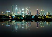 Zadziwiającej nocy Dubai w centrum linia horyzontu, Dubaj, Zjednoczone Emiraty Arabskie Zdjęcia Stock