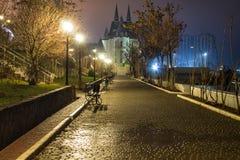 Zadziwiającej nocy uliczny widok z kasztelem na tle Zdjęcia Royalty Free