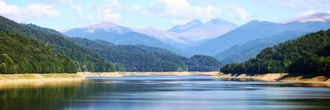 Zadziwiający jezioro i góry panorama Fotografia Stock