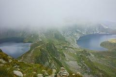 Zadziwiający krajobraz cynaderki i Oko jeziora Siedem Rila jezior Fotografia Royalty Free