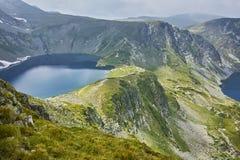 Zadziwiający krajobraz cynaderki i Oko jeziora Siedem Rila jezior Zdjęcie Stock
