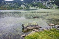 Zadziwiający krajobraz Rybi jezioro Siedem Rila jezior Obrazy Royalty Free