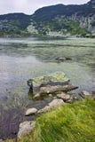 Zadziwiający krajobraz Rybi jezioro Siedem Rila jezior Obraz Stock
