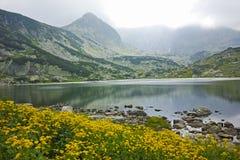 Zadziwiający krajobraz Rybi jezioro Siedem Rila jezior Obraz Royalty Free
