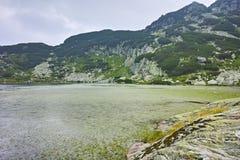 Zadziwiający krajobraz Rybi jezioro Siedem Rila jezior Fotografia Stock