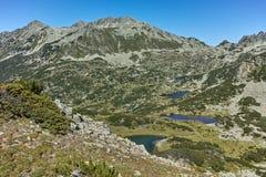 Zadziwiający krajobraz z Polezhan szczytem i Prevalsky jeziorami, Pirin góra Zdjęcia Stock