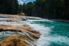 Zadziwiający krajobraz z siklawy Agua Azul, Chiapas, Palenque, Meksyk Zdjęcie Stock