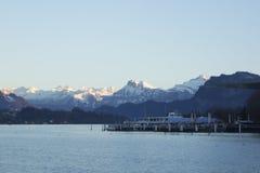 Zadziwiający pokojowy widok na górach i jeziorze Fotografia Royalty Free