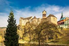 Zadziwiaj?cy punkt zwrotny w republika czech, blisko Karlovy Zmienia Loket middleaged kasztel z niebieskim niebem w wio?nie zdjęcie stock