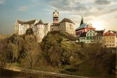 Zadziwiający punkt zwrotny w republika czech, blisko Karlovy Zmienia Loket middleaged kasztel z zmierzchem i niebieskim niebem w  obrazy stock