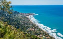 Zadziwiaj?cy ?r?dziemnomorski krajobraz przy Marina Di Camerota, Cilento, Campania, po?udniowy W?ochy obraz stock