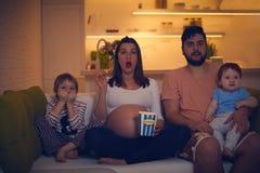 Zadziwiający rodzinny dopatrywanie wieczór film wpólnie w domu Fotografia Stock