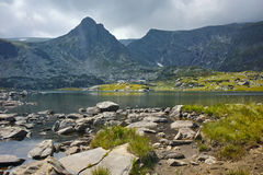 Zadziwiający widok Koniczyna jezioro, Rila góra Siedem Rila jezior Fotografia Stock
