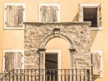 Zadziwiający widok rocznika dom w starym miasteczku Budva, Montenegro obraz stock