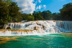 Zadziwiający zjawisko natura Krajobraz z nadzwyczajnym siklawy Agua Azul, Chiapas, Palenque, Meksyk Fotografia Royalty Free