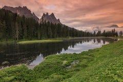 Zadziwiający zmierzch i wysokogórski jezioro w Dolomiti górach, Lago Di Mrówka Zdjęcie Stock