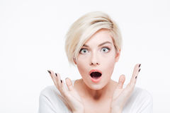 Zadziwiająca blondynki kobieta patrzeje kamerę Fotografia Stock