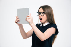 Zadziwiająca kobieta patrzeje na pastylka ekranie komputerowym Fotografia Stock