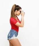 Zadziwiająca młoda ładna kobiety mienia kamera Zdjęcia Stock