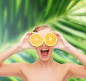Zadziwiająca młoda kobieta z pomarańczowymi plasterkami Obrazy Royalty Free