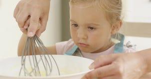 Zafascynowany mała dziewczynka uczenie piec zbiory