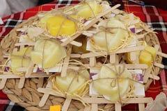 Zafferano asciutto in sapone di bellezza su un mercato degli agricoltori Bio- shaffron Spezia secca dello zafferano in una borsa  immagini stock libere da diritti