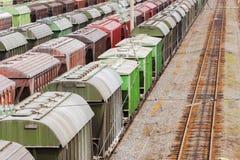 Zafrachtowania Stacjonują z pociągami przy dniem fotografia stock