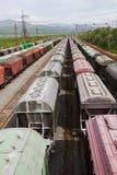 Zafrachtowania Stacjonują z pociągami przy dniem zdjęcie stock