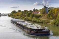 Zafrachtowania wysyłają na Mittelland kanale obrazy stock