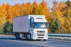 Zafrachtowanie ciężarówka rusza się na drodze obrazy stock