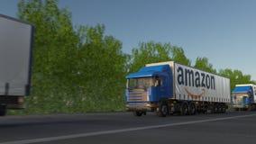 Zafrachtowanie semi przewozi samochodem z amazonką com loga jeżdżenie wzdłuż lasowej drogi, bezszwowa pętla Artykułu wstępnego 4K zbiory wideo