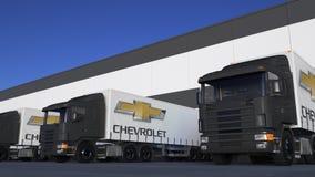 Zafrachtowanie semi przewozi samochodem z Chevrolet loga rozładunkiem lub ładowaniem przy magazynowym dokiem Redakcyjny 3D render Zdjęcie Stock