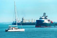 Zafrachtowanie statki i biały jacht Obraz Royalty Free