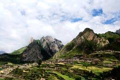 Zagana, ein tibetanisches Dorf umgeben durch Berge Lizenzfreie Stockfotografie