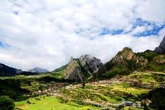 Zagana, ein tibetanisches Dorf umgeben durch Berge Lizenzfreie Stockbilder