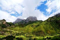 Zagana, ein tibetanisches Dorf umgeben durch Berge Stockfoto