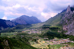 Zagana, ein tibetanisches Dorf umgeben durch Berge Stockfotos