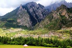 Zagana, ein tibetanisches Dorf umgeben durch Berge Stockbild