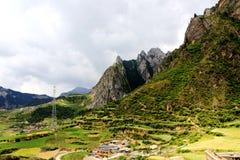 Zagana, ein tibetanisches Dorf umgeben durch Berge Stockbilder