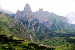 Zagana, ein tibetanisches Dorf umgeben durch Berge Lizenzfreies Stockbild