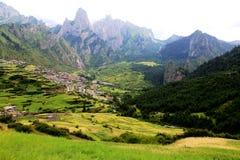 Zagana, ein tibetanisches Dorf umgeben durch Berge Stockfotografie