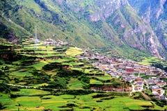 Zagana, ein tibetanisches Dorf umgeben durch Berge Lizenzfreies Stockfoto